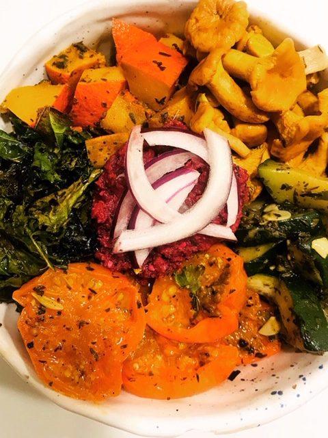 kurki marynowane w misce z pieczonymi warzywami