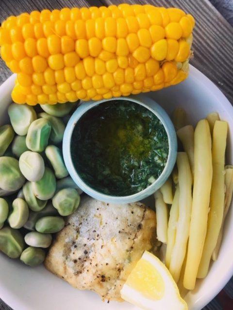 dorsz z warzwami i sosem koperkowym