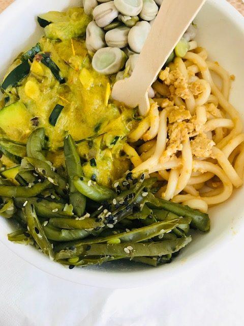 zielone warzywa i makaron udon